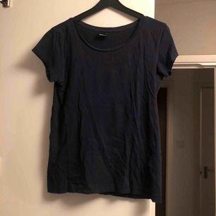 Mörkblå tshirt från gina