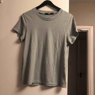Superskön tshirt från bikbok, kall blå/grå