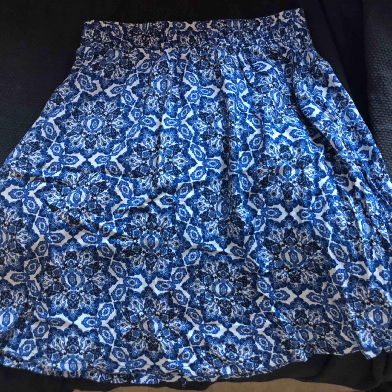 Fin somrig kort kjol som aldrig är använd. Säljer då den inte är i min stil men jätte fin på någon annan och synd att den bara ligger i garderoben.   Fraktkostnad tillkommer. Kjolar.