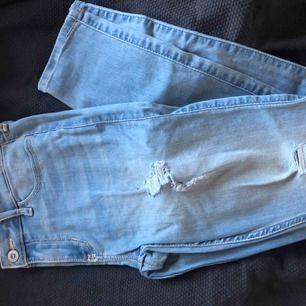 Säljer mina fina jeans som tyvärr blivit för små. Använd fåtal gånger. Storlek och passform ser ni på bild två.  Har slitningar på båda benen.   Fraktkostnad tillkommer