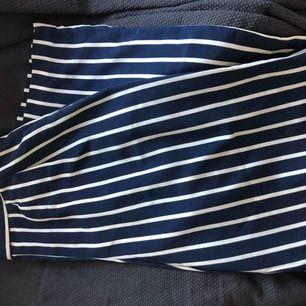 Säljer ett par jätte fina vit/blå randiga byxor från BikBok i storlek S, använda en gång. Dom är raka i benen och sitter åt i midjan med resårband baktill.   Fraktkostnad tillkommer