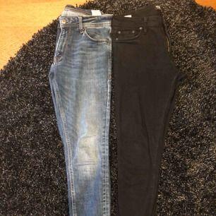 Jeans i bra skick säljes pga för små.  Svarta är av modell Glenn, slim fit i storlek 30/32. Blåa är av modell Liam, skinny fit i storlek 31/32.  400kr för båda paren eller bud.  Kan skickas men då står köparen för frakten.