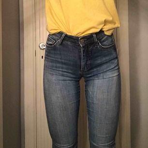 Blåa Crocker jeans som inte kommer till användning längre!  De är lite trasiga som ni ser, finns även lite skavanker här och där som ni får bild på om ni är intresserade!