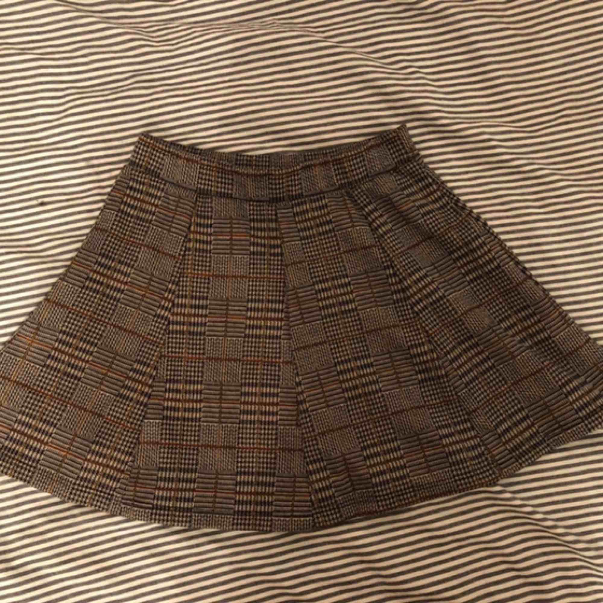 Den här kjolen fick jag av min vän som precis köpt den och jag trodde att jag skulle använda den men så blev det inte :(  Den är ganska kort, jag är 152 cm för referens men den är jättefin och sitter bra på.   . Kjolar.