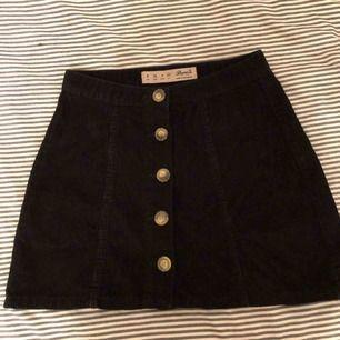 Jättehärlig corduroy kjol från primark :) var stressad när jag köpte den och råka ta fel storlek, har alltså knappt kunna använda den