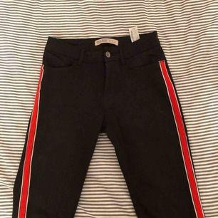 Ett par riktigt härliga jeans från Zara, de är tajta men stretchiga och mid waist !