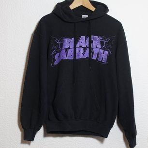 Black Sabbath hoodie Stl M. Väl använd men hsr fortfarande mycket kvar att ge. 🌞Skriv vid frågor! Frakt ca 65kr
