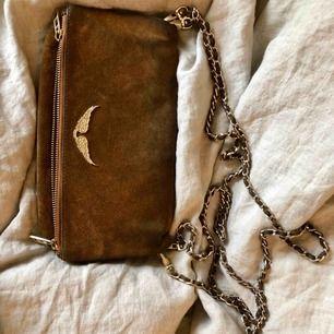 Zadigväska i brun mocka och gulddetaljer   Lite slitage, därav det låga priset. Nypris ca 3000