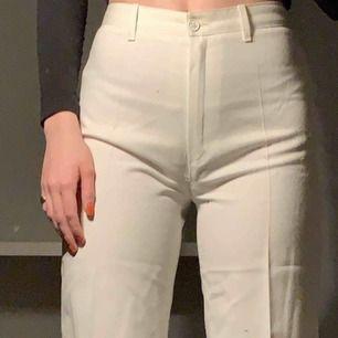 Vita byxor köpta second hand! Jättefina men har aldrig kommit till användning för mig🌸 kan mötas upp i Stockholm eller så står köparen för frakt😊