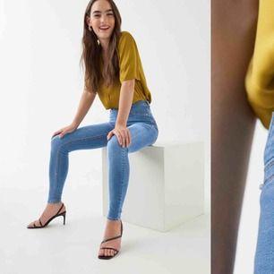 Säljer min jeans från gina tricot dom är förstora för mig så det är derör jag säljer dom dom har inga hål och dom är inte slitna nån stans. (Kom med egna försöag på pris)
