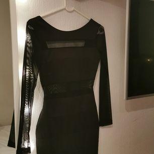 Jätte fin klänning i bra material från butiken DM RETRO. Den har svart