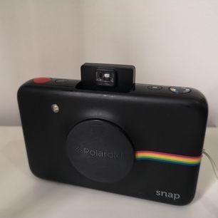 Jag säljer min svara polaroid snap kamera för 700kr. Den funkar utmärkt och tillkommer med 5st bilder i kameran. En ladd-sladd får du också med. Det finns tre olika färginställningar du kan fota med. Jag kan mötas upp i Stockholm och norrtälje.