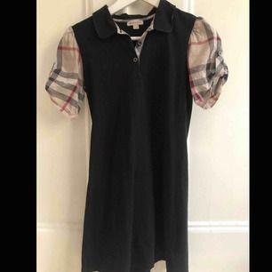 urberry klänning köpt på NK för 2500kr i storlek 12y/152cm Gott skick använd fåtal gånger