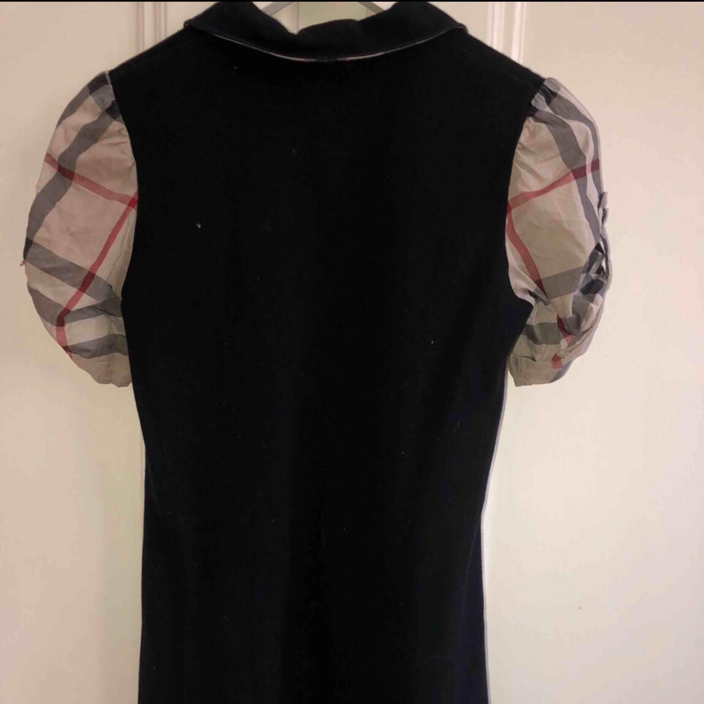 urberry klänning köpt på NK för 2500kr i storlek 12y/152cm Gott skick använd fåtal gånger. Klänningar.