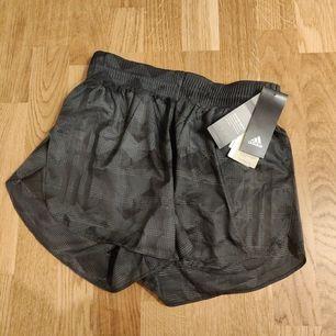 Ny shorts från Adidas med prislappen kvar 🌸. Frakt tillkommer 44kr 📬. Man får alltid bildbevis och postbevis av paketet 💕.