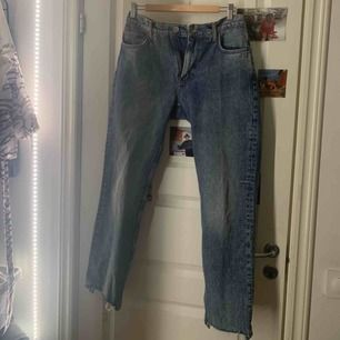 Säljer mina jeans från BikBok Väldigt bra passform. Säljer då jag inte passar i storleken längre. Storlek M men passar S även.  Nypris: 600kr 💕💕