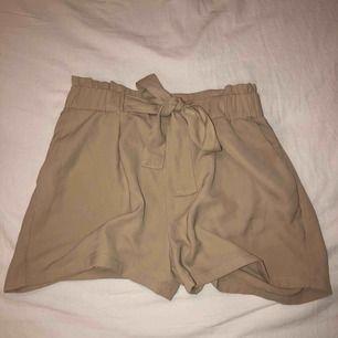 somriga beiga shorts från bikbok, i nyskick!!