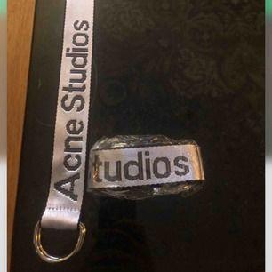 Sjukt coolt, unikt bälte från Acne Studios. Självklart äkta men har aldrig sålts i butik. Helt oanvänt/nytt!