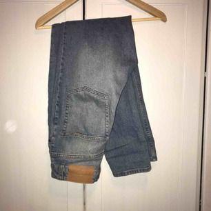 Säljer dessa Cheap Monday jeans som jag köpte på Junkyard. Skulle uppskatta storleken som en W:31/L:33, för stora för mig som är 155cm😔 frakt ingår inte!