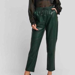 Säljer dessa Apple trousers från Mango i storlek 36 fast i mörkbrun färg!, skulle säga de passar en medium(?) snörena är borttappade men dom är snygga ändå! 199kr plus 60kr frakt. Jag är ca. 169cm