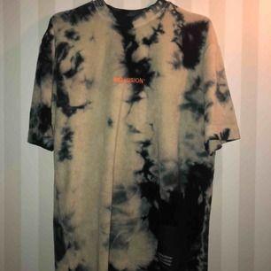 Fett snygg tröja i tjockt material. Knappt använd. Inga fläckar eller skador. Som ny.