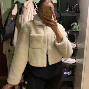 En croppad teddyjacket