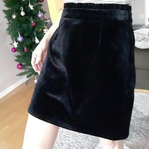 Slutsåld svart sammetkjol från Nelly. Nyskick då aldrig använd(för stor för mig-jag har 34-XS o denna är i 36-S). Bild 3 lånad från hemsidan-modellen bär också st.36 som denna är i♡FRI FRAKT VID KÖP INNAN 28FEB.