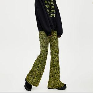 Super stretchiga byxor från Pull and bear, hög midja neon gul/gröna. Storlek XS. I fint vintage skick. Köparen betalar frakt 39 kr alternativt möts upp i Stockholm✨