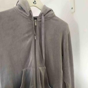 Mycket mysig och skön velor hoodie ifrån ginatricot, inte alls använd mycket och den är fortfarande len och mjuk utan några skador!