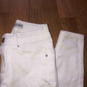 Oanvända jeans från new yorker! SKIT SNYGGA med två små slitningar på vardera knäskål🤍passar xs och eventuellt liten s