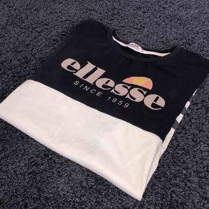 Ellesse t shirt som är väldigt sparsamt använd. Ser ut som ny och har inga defekter.