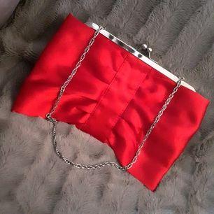Satinröd vintageväska från Lindex som även går att bära som clutch då kedjan går att stoppa in i väskan♡Fint skick♡FRI FRAKT VID KÖP SENAST 27FEB.