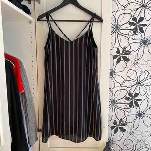 svartvit randig klänning från Pimkie. Använd fåtal gånger och i bra skick. Frakt 20kr.