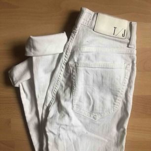 Tiger Of Sweden, vit högmidjade jeans säljes!  Orginial pris: 1100:- men säljes för 250:-  Säljes pga dem inte passar längre, en av mina favoriter! Inga fläckar, nästan som ny!  Intresserad? Kontakta mig här eller fråga efter nummer. Swish går bra! 🌸