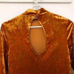 Sammetsklänning från Monki i SÅ cool orange/rost/bronsig färg! Den blir dessutom supersnygg med nåt bälte i midjan