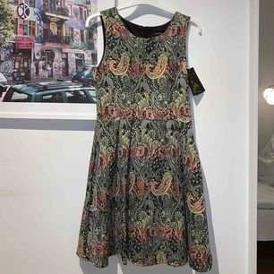 Gör lite ont att sälja denna super fina klänning, men den har aldrig kommit till användning så bättre att någon annan får det. Jag köpte den för 2000kr, dragkedja i ryggen och tyget känns super lyxigt.