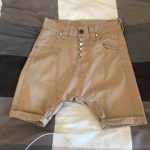 Medium humör Shorts jeans. Nästan aldrig använt och jag står för frakten på första köpet!