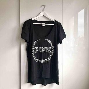 Något stor T-shirt från Victoria's Secret PINK.  Svart med silverprint.   Overzsize  Köparen står för portokostnad