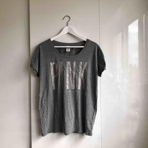 """En grå oversize t-shirt från Victoria's Secret PINK med print. Klassas tydligen som """"sleepwear"""" men jag har använt till vardags.   Väldigt mjuk och bekväm.   Portokostnad står köparen för."""
