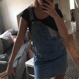 Otroligt mysig hängselklänning från hm tror jag som inte längre kommer till användning, är i storlek M men passar mig som har storlek S i vanliga fall!