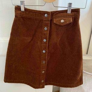Aldrig använd Manchester kjol i fin brun färg i storlek 34. Ingen bild på då den ej sitter bra på mig. Som sagt aldrig använd, och den är köpt för 499kr från märket Vila. Frakt tillkommer på 60 kronor!