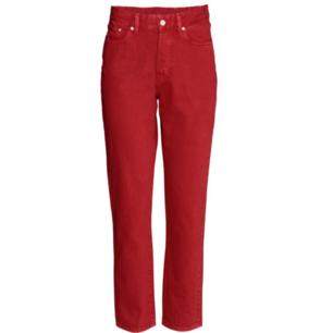 HELT NYA OANVÄNDA Röda vintage high cropped jeans från H&M. Hög midja, låg gren. 5 fickor och knappgylf!  OBS!! Små i storleken och slitna vid fickor (tänkte returnera men glömde bort)  Köpare betalar frakten alternativt möts upp i Nyköping 🌻