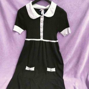 Babydoll klänning med krage och fickor. Super skönt material. Stretchigt (-: