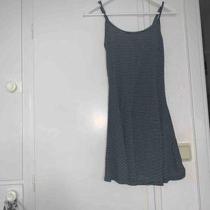 blå randig klänning från brandy melville!! supergullig och skön (tyget är det skönaste jag känt) men tyvärr alldeles för liten!! (skulle säga att det är den xs/s)  köparen står för frakt🥥