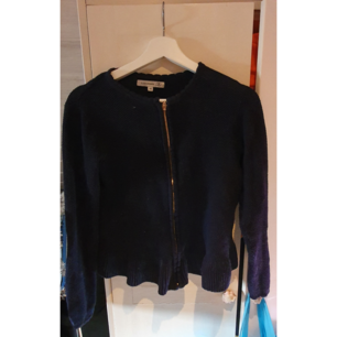 Blå stickad kofta/tröja från Flash i storlek M. Den har en liten peplum del och är verkligen supermysig!  Köpare står för frakten eller möts upp i Nyköping 🌸 (OBS Katt finns i hemmet)