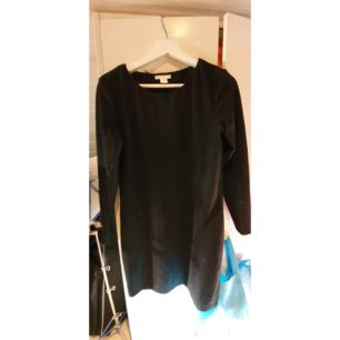 Svart klänning från H&M, passar perfekt till jobbet/skolan eller fest beroende på vad man har till. Knappt använd utan har bara legat längst in i garderoben.  Köparen betalar frakten alternativt möts upp i Nyköping 🌼 (PS. Katt finns i hemmet)