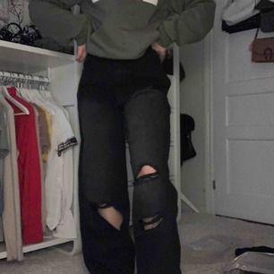 Hur snygga jeans från boohoo??! Svarta med knähål - säljer tyvärr då mina ben är lite för korta 🤗 aldrig använda & prislapp finns kvar 👌🏻 pris kan diskuteras