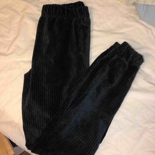 Ett par svarta Manchester mjukisbyxor. Riktigt sköna och snygga på samma gång! Säljer då de blivit för korta för mig (är 172 cm lång). Använda max 2 ggr och mycket gott skick. Kan mötas upp, annars står köparen för frakten.