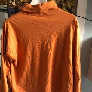 Orange vintage turtleneck köpt på Humana för ca 2 år sen men knappt använd! Skulle gissa på storlek M!