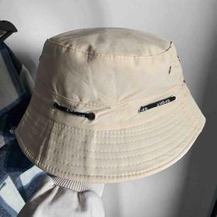 Beige bucket hat, vet inte riktigt vart den är ifrån då jag köpte den på secound hand.